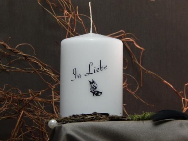 kerze in wei mit schmetterlingssymbol in schwarz und text in liebe tierurnenshop. Black Bedroom Furniture Sets. Home Design Ideas